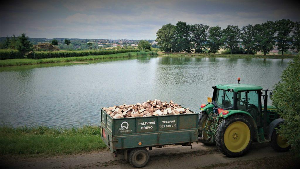 Palivové dřevo s dovozem k zákazníkovi